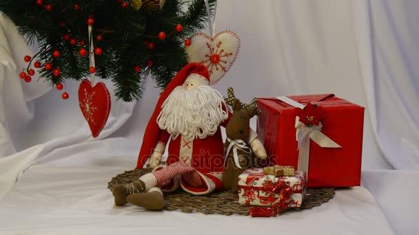 Ručně vyrobené sova vyrobené z šiška se umístí na červený Box s dárky stojící za za ruku se Santa Claus