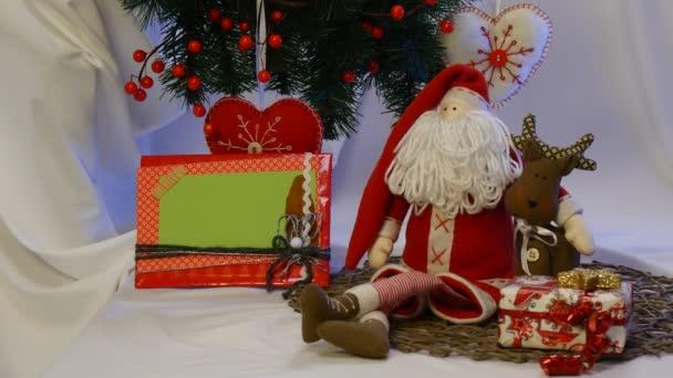 Pěkné Foto rámeček je přijata Away From skupiny z ručně vyrobené hračky, umístěné pod vánoční jedle strom ve studiu