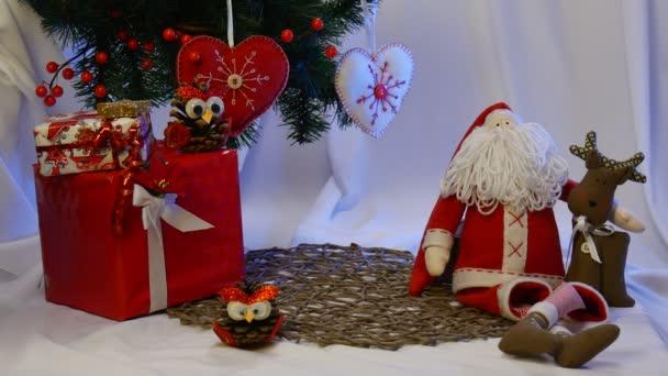 Fotókeret vannak elhelyezve, közel a lenyűgöző Santa Claus és barátja, Brown Deer, valamint kézzel készült bagoly egy fenyőtoboz és egyéb játékok