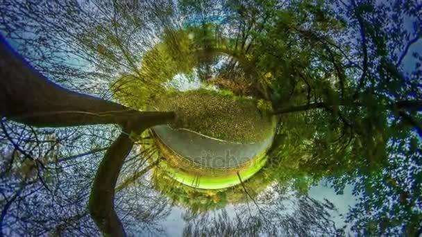 Mini bolygó 360 fokos kerti ösvény-ban Park gyönyörű táj, utazás a világ sárga levelek és zöld a fű őszi természet sikátorban városi Park vagy az erdő