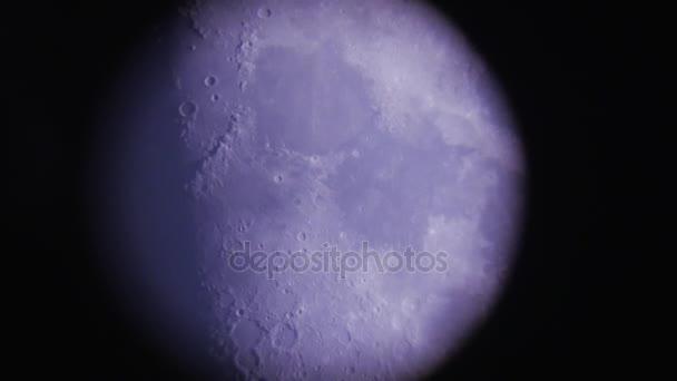 Malé a velké krátery na povrchu měsíce