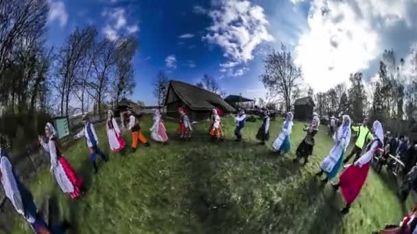 Velikonoční jarmark v Opole 360vr, Video tanečníci v slavnostní polské kostýmy jsou spuštěny v zelené trávě tleskat jejich ruce etnografie historie Polska šťastní lidé