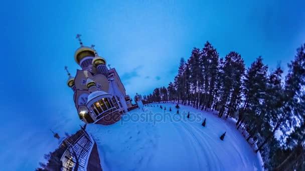 Ortodox egyház Mini bolygó 360 fokos vallások a föld fagyos éjjel Nézd tűlevelű erdei emberek gyaloglás hó Ukrajna turizmusa