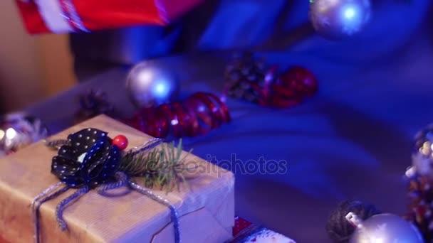 Dívka žena připravené a zabalené vánoční dárky a uspořádá je z tabulky