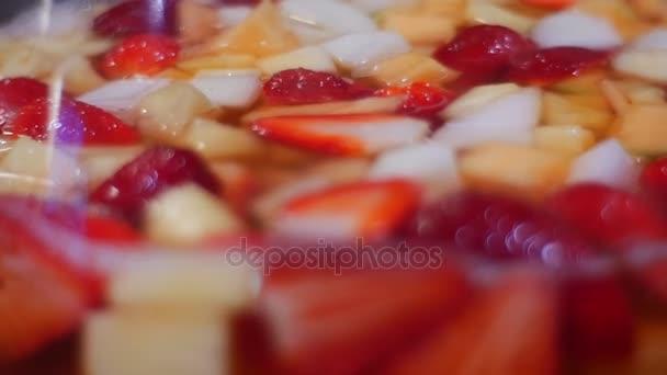 eine Menge von geschnittenen Stücke von verschiedenen Früchten trinken Saison der Erdbeeren, Ananas, Pfirsiche, Cocktail-Rezept des Autors, Obst das ganze Jahr
