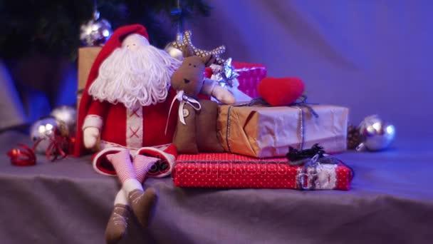 Nők keze fog dobozban csomagolva nátronpapír piros szív, a minden új évet ajándékok, található a reggel karácsonyi ajándékok