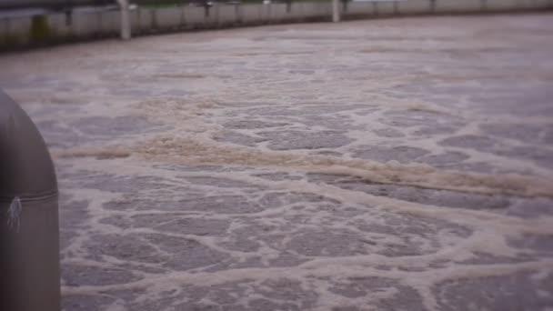 Pool mit schmutzigem, blubberndem Wasser, das aus Bakterien schäumt. eine der Stufen der Wasserfiltration in einer kommunalen Kläranlage