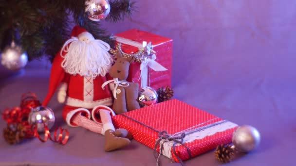 Weihnachtsgeschenke Für Familie.Mädchen Frau Legt Viele Geschenke Für Die Kinder Der Familie Neujahr Und Weihnachtsgeschenke