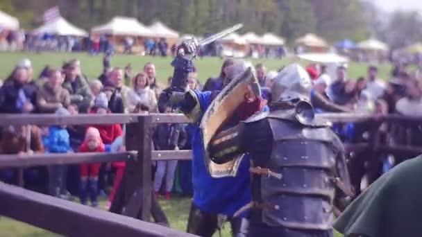 Cavalieri vicenda batte con un metallo spade