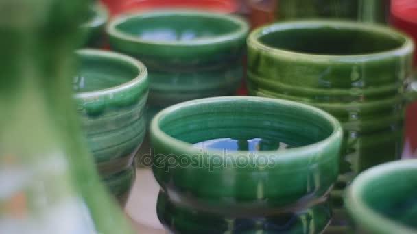 Hrnky smaltované krásný zelený jíl národní umění Panorama objekty umístěné na stole modrá bílé a hnědé nádoby umění starověku keramika