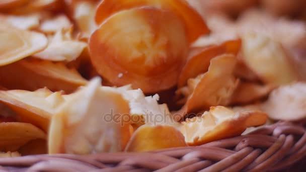 Frissen házi készítésű Chips kosár közelről rusztikus csendélet ízletes sütemények keksz nézetbezáró panoráma üdülési ünnepe diéta egészségtelen élelmiszerek elhízás