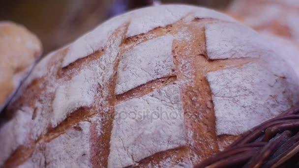 Krásné čerstvě pečené řemeslník chléb v košíku Delicious chléb Rustikální zátiší nádherné vůně z chleba která je stále teplé vzpomínky z dětství