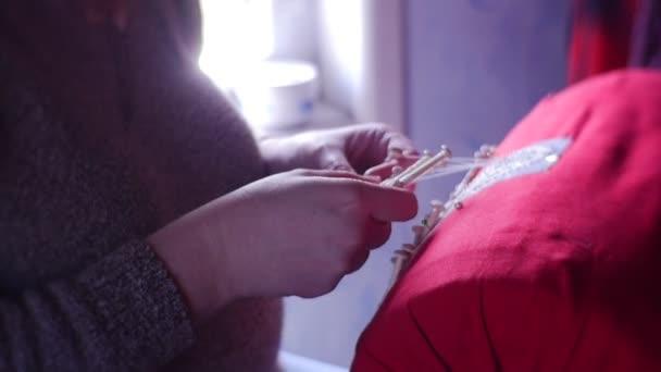Großmütter weben alte Mode aus weißen Fäden und speziellen Holzstäben für Fäden