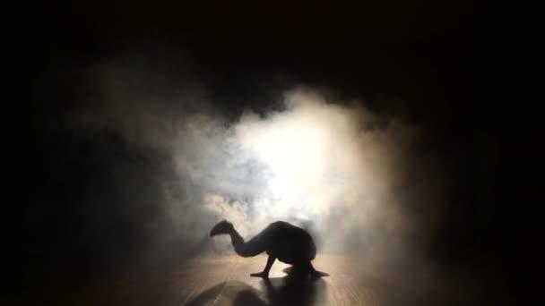 Hip-hop táncos táncol a füst