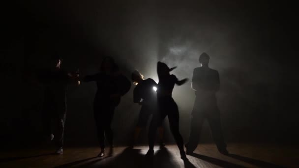 Öt táncosok tánc divatos tánc a füst