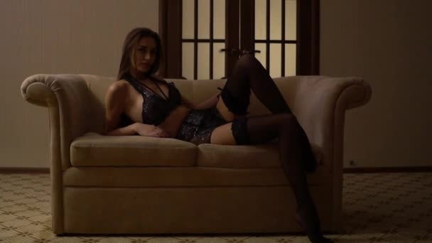 Zblízka módní portrét uvnitř modelu. Krásy hnědovlasá žena s atraktivní tělo v krajkové prádlo. Osla ženy ve spodním prádle. Closeup nahá dívka