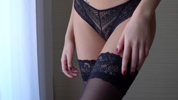 Chicas En Ropa Interior Negro Cerca De La Ventana Erótico Toque Ellos Mismos Con Sus Manos Disparo Lento