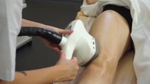 Laserové procedury pro nohy v salonu krásy. Vakuová masáž pro ženu. Krása. Lázně