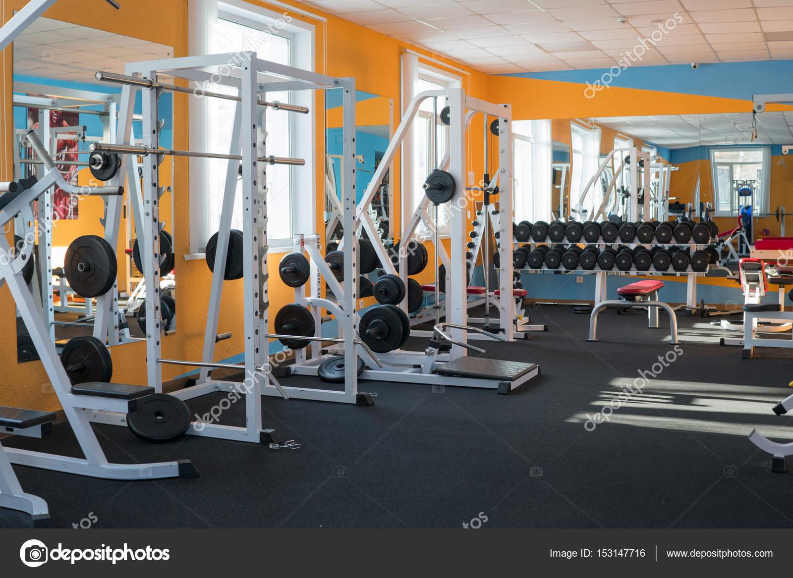 Salle De Fitness Moderne Avec Les Appareils D Exercice