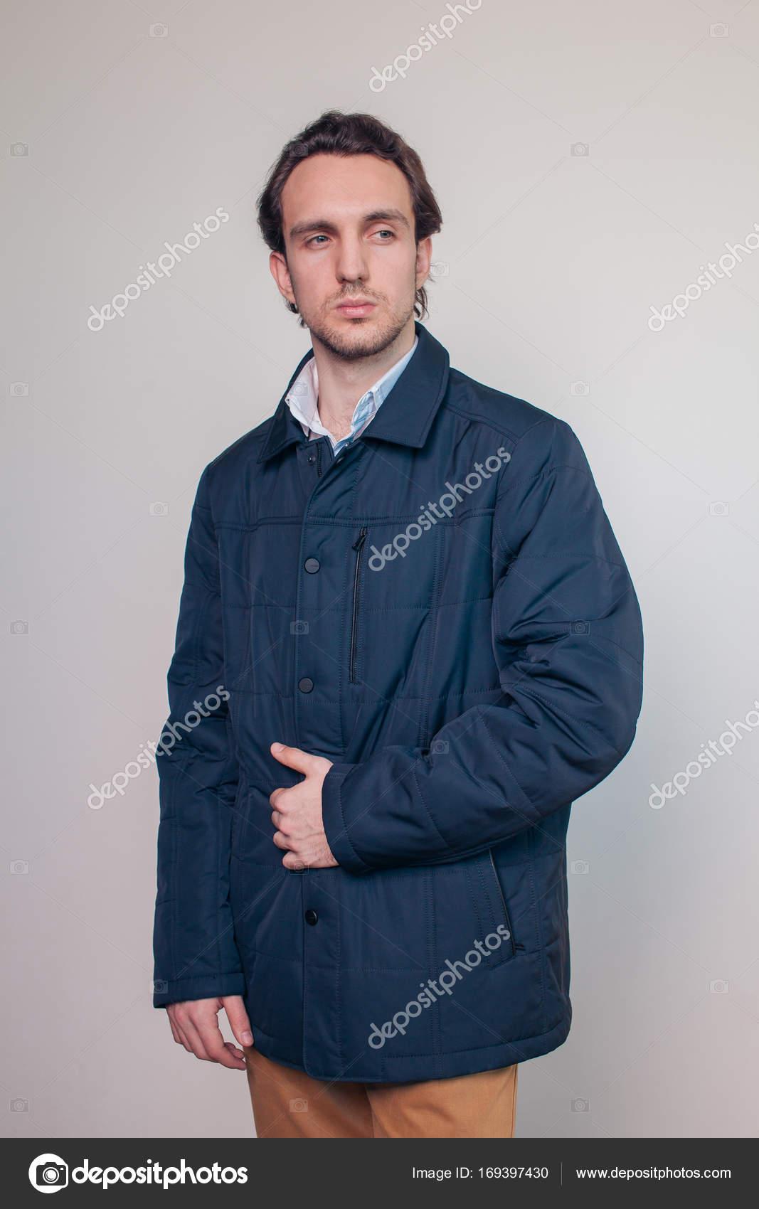 0c1310b4d9e3c Chico joven serio vestido con chaqueta otoño posando en el estudio– imagen  de stock