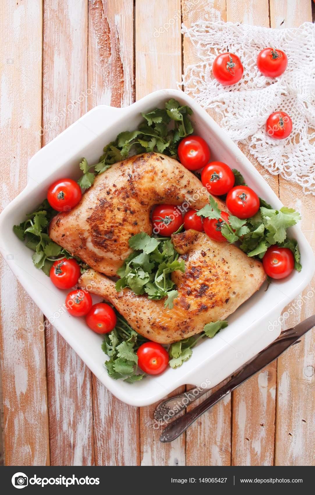Cuarto de pollo al horno con tomates cherry. Asado de cuarto de ...