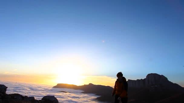 Šťastné vítězství úspěch žena při západu slunce nebo Sunrise stojící v povznesené náladě s paže vztyčeny nad její hlavu v oslavu že dosáhl Mountain Top Summit metou během pěší Trek Travel