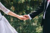Fotografie married couple holding hands