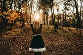lány egy titokzatos erdő