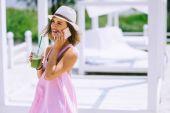 Fotografie girl drinks fresh juice