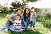 Fotografie glückliche Familie mit zwei Kindern im freien