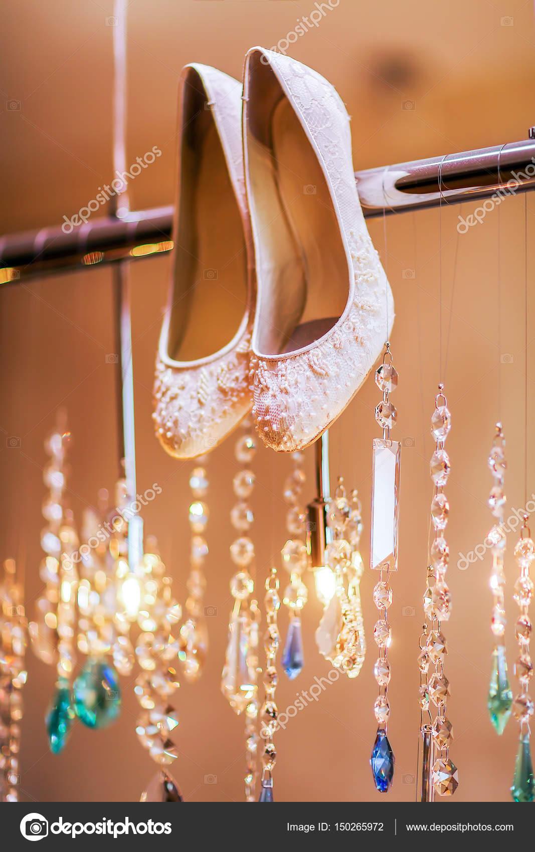 1744a418ec Luxus esküvői cipő, gyöngyök. Esküvői koncepció — Stock Fotó ...
