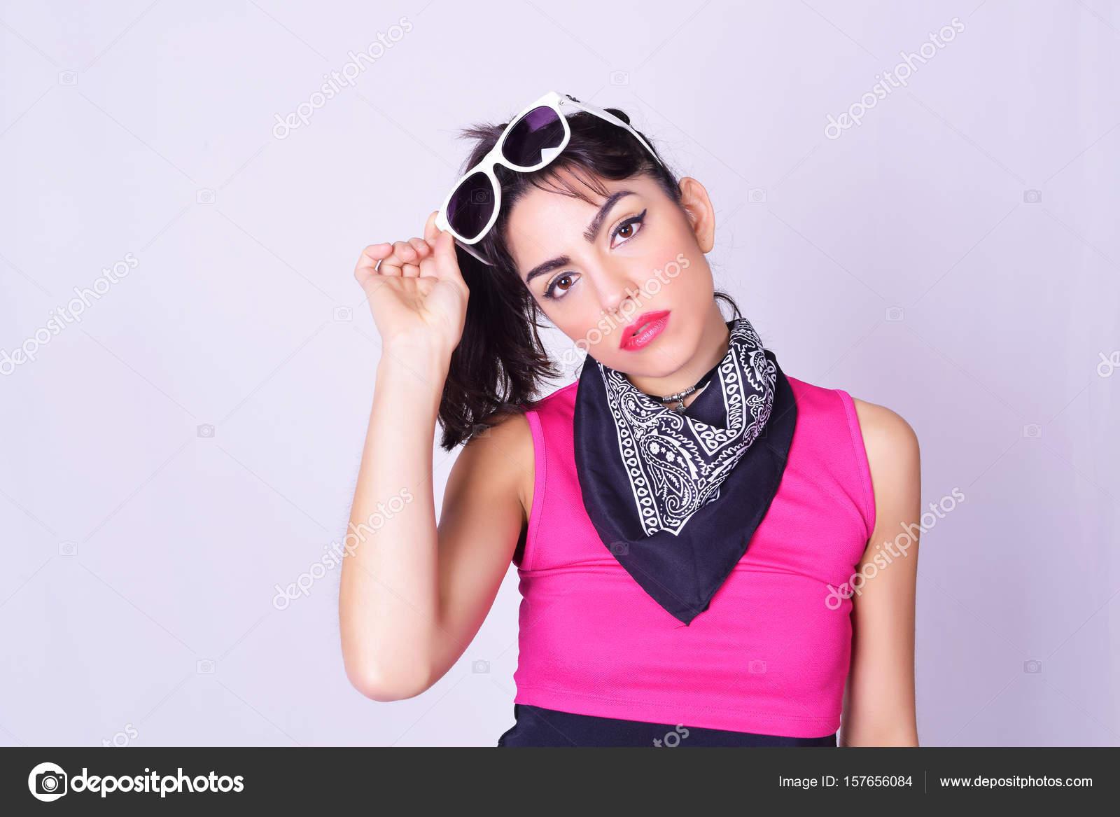Ritratto di giovane donna alla moda indossando vestiti alla moda urbani.  Ritratto dello studio moda sopra backgroung grigio — Foto di astridsinai 3e62932289b