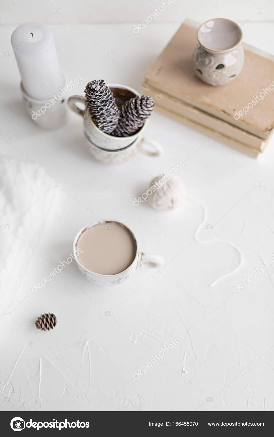 Agradable desayuno con café y leche. Concepto de estilo de vida ...