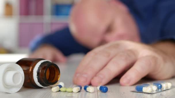Älterer nach Schlaganfall in der Nähe medizinischer Tabletten am Boden