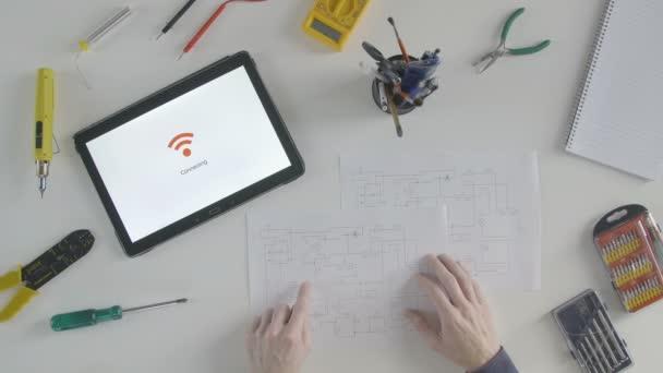 Circuito Wifi : Vista superior olhando para a placa de circuito e wifi conectar