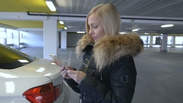 Žena psaní na chytrý telefon