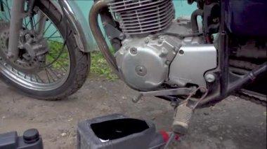Change motor oil motorcycle
