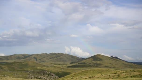 4 k přírodní krajina. Krásné video z oblohy s bílé mraky a hory. 4 k prores záznam