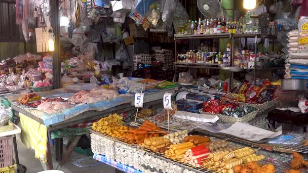 Koh Samui island, Thajsko - 19. prosince 2017: názvy ulic silneho. Prodej různých druhů masa a omáčky a mořské plody