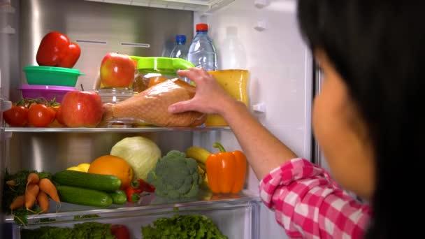 Žena vybere apple nebo maso