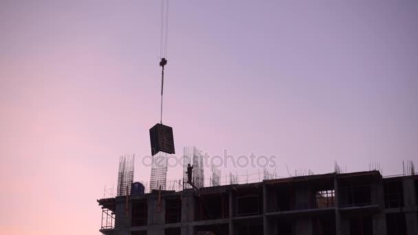 Jeřábové práce na staveništi