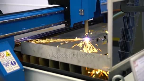 CNC stroj, který je součástí v továrně