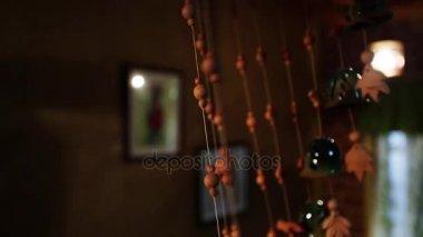 https://st3.depositphotos.com/7813332/16111/v/380/depositphotos_161119498-stockvideo-eenzame-huis-interieur-geluid-horror.jpg