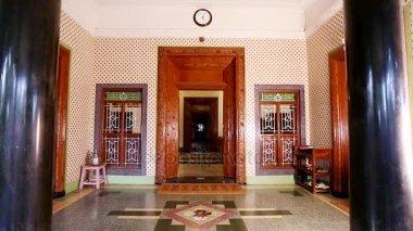 https://st3.depositphotos.com/7813332/17988/v/380/depositphotos_179882194-stockvideo-huis-interieur-geschoten-oude-stijl.jpg