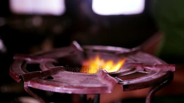 Gasfeuer verbrennt, Erdgasentzündung im Ofenbrenner