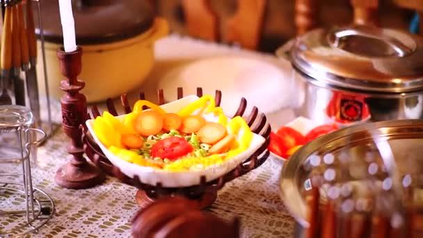 Jídelní stůl se zeleninou, Žena čištění nádobí