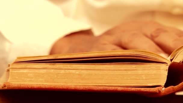 Starý muž obrací stránky staré knihy,