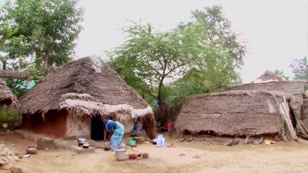 Indien - 15. Mai 2016: eine unbekannte indische Frau kocht in einem Dorf Essen im traditionellen indischen Stil.