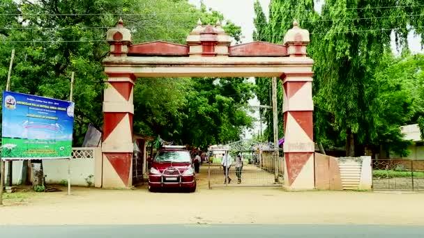 Tiruppatur, Indie - 18. listopadu 2015: Veselá skupina opouští budova kolegia  vycházkové Indie