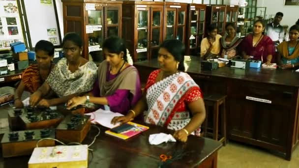 Tiruppatur, Indie - 12 února, 2016: Vysokoškoláků studuje elektrikář pracuje s učitelem, dohled nad